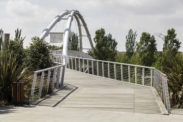 moderno puente sobre un parque público