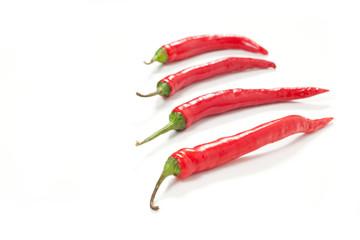 Peperoncino rosso piccante su sfondo bianco