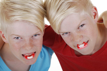 Zwei Kinder mit Vampirzähnen - Halloween