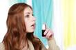 Junge Frau mit Rachenspray
