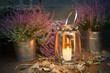 Herbstdekoration mit moderner Laterne