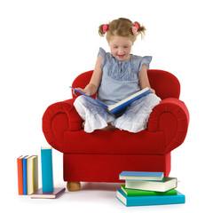Mädchen im Sessel liest Buch