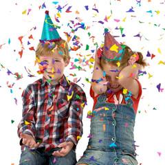 Geburtstagskinder mit Konfetti