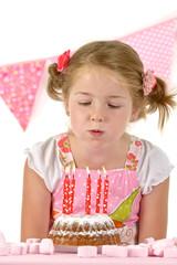 Mädchen mit Geburtstagskuchen