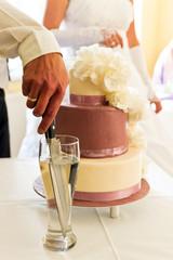 Bräutigam beim Tortenanschnitt