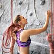 sportliche Frau beim Klettern