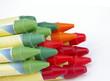 Rote Wachsstifte liegen auf roten Stiften