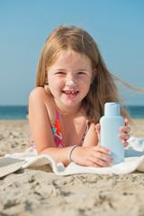 Mädchen am Strand mit Sonnenschutz