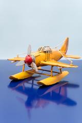 アンティークな玩具の水上飛行機