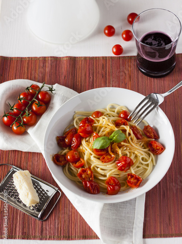 Spaghetti and cherry tomatoes