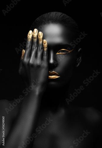 mata magnetyczna ciemnoskóry kobieta z Złotego makijażu.