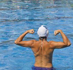 schiena e muscoli di uomo in piscina