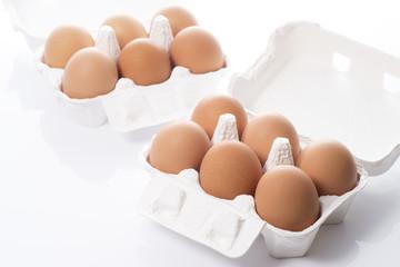 紙パックと複数の生卵