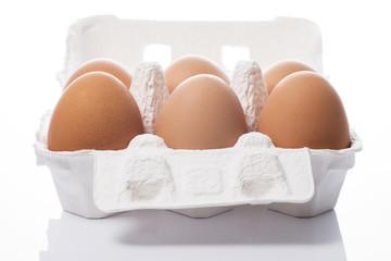紙製の容器にはいった複数の卵