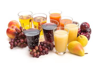 Verschiedene Säfte und Obst