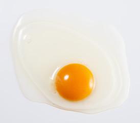 白背景に生卵