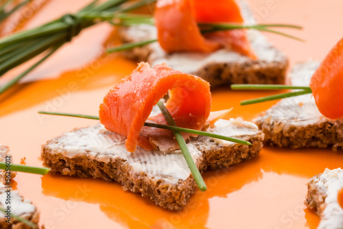 Tartina con crema di formaggio e salmone, close-up