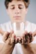 Milchglas in den Händen