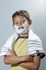 NIño con crema para afeitar en la cara