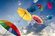 Windiger Herbsttag mit bunten Regenschirmen