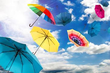 Stürmischer Herbsttag mit bunten Regenschirmen