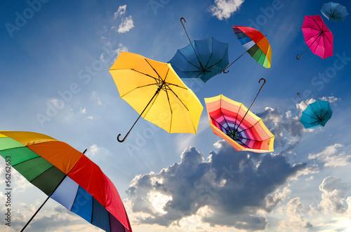 Leinwanddruck Bild Windiger Herbsttag mit bunten Regenschirmen