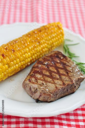Steak mit gegrilltem Mais