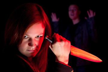 Dämonische Killerin mit Messer