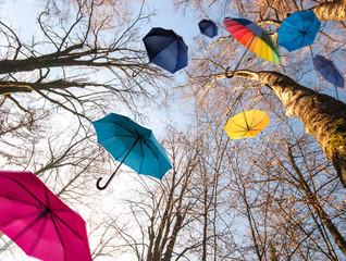 Herbst: Windiger Tag mit bunten Regenschirmen