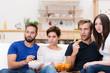 freunde in der wohngemeinschaft schauen tv