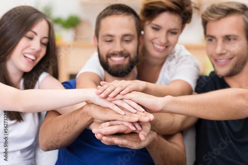 freunde zu hause halten hände zusammen