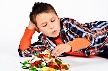 Junge mit Süßigkeiten