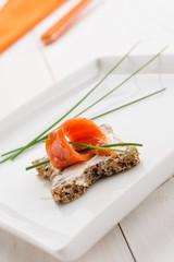 Tartina con salmone e crema di formaggio, fuoco selettivo