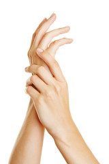 Hände beim Eincremen mit Lotion