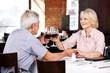 Seniorenpaar trinkt gemeinsam Rotwein