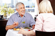Seniorenpaar redet im Restaurant