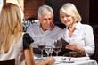 Paar Senioren schaut in Speisekarte