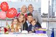 Glückliche Familie feiert Geburtstag