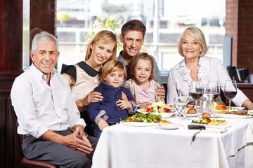 Familie mit drei Generationen am Tisch