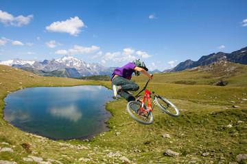 salto con MTB su lago alpino
