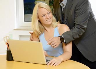 Chef bedrängt Angestellte im Büro