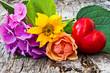 Sonnenblume, Hortensie und Rose mit Herz auf Holz