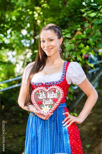 Frau in Tracht im Biergarten mit Lebkuchenherz