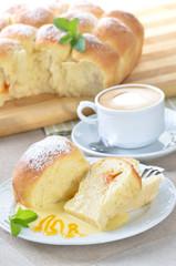 Frische Buchteln mit Vanillesoße und Cappuccino