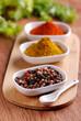 pepe assortito ed altre spezie sul tavolo di legno