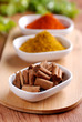 cannella ed altre spezie sul tavolo di legno