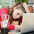 Schülerin überfrordert am Schreibtisch