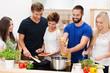 junge leute kochen zusammen