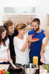 freunde haben spaß beim gemeinsamen kochen