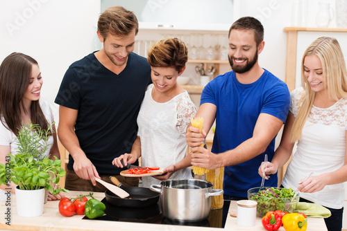 junge leute kochen zusammen - 56307243